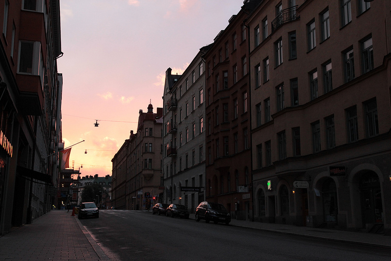 少し歩いたところで登ってきた太陽の光が街に射しこんできたので、慌てて撮影。