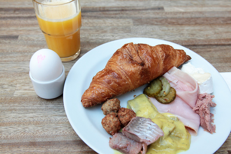 ニシンの酢漬けとミートボールがおいしい! スウェーデンの朝ごはん