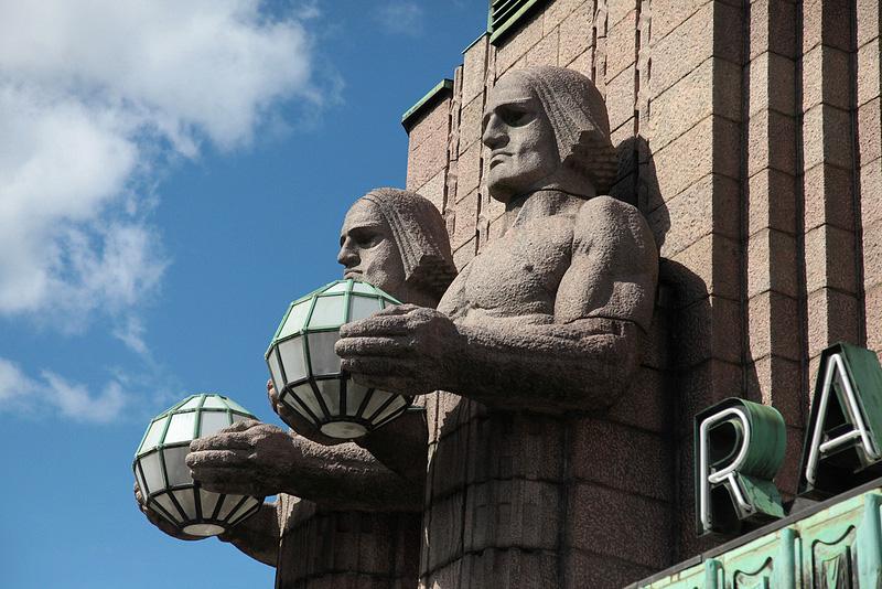 駅舎の石像