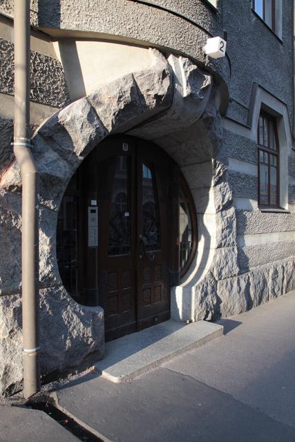 キノコのような形のドア