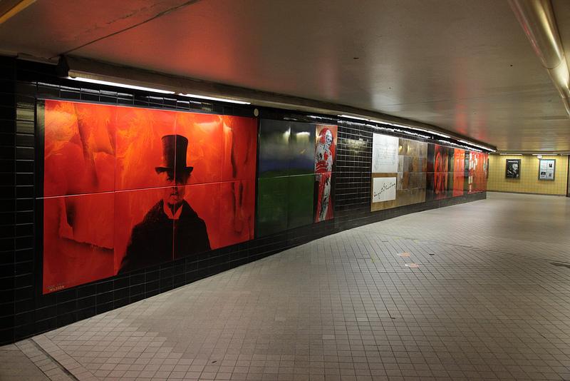 地下通路にはグラフィカルな絵が。