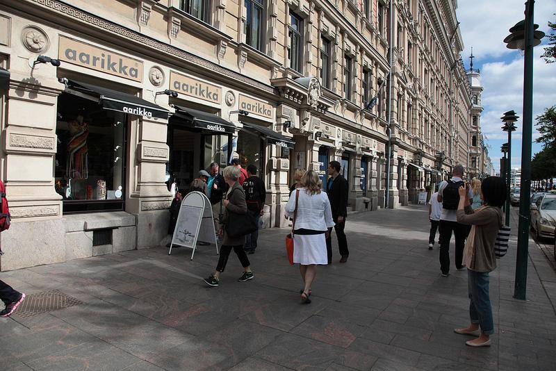 ヘルシンキの一大ショッピングスポット、エスプラナーディ通りを歩く