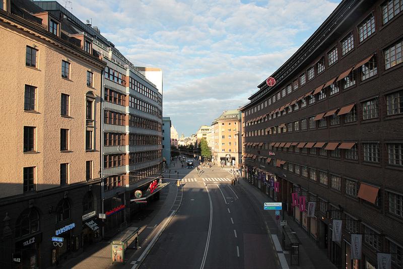 立体交差の上から朝陽に照らされた街を見下ろす