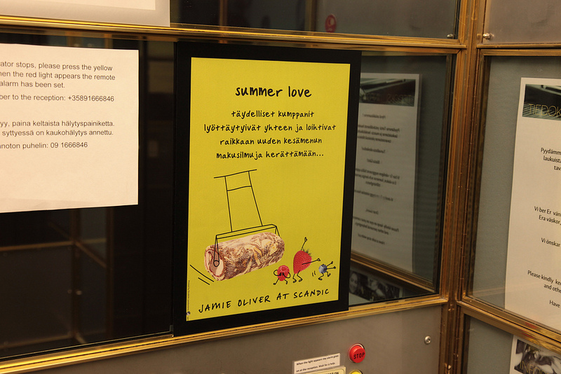 エレベーターの中のポスター