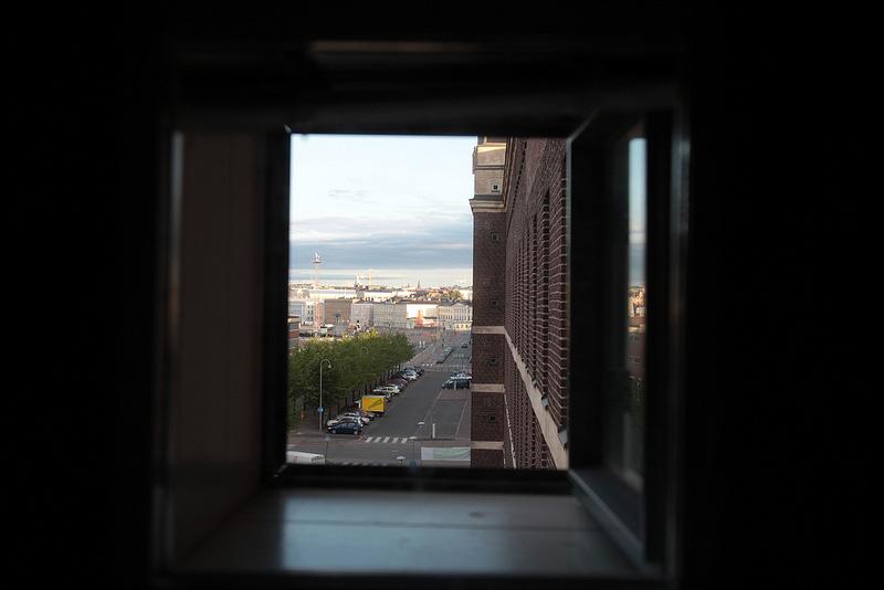 出窓からヘルシンキの街を望む
