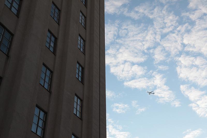 轟音と共に飛行機がアーランダ空港を目指して飛んでいきます。