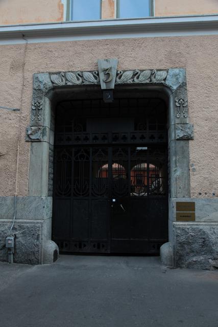 門の左右に水生植物