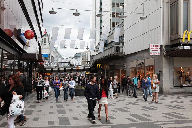 中央駅前の繁華街