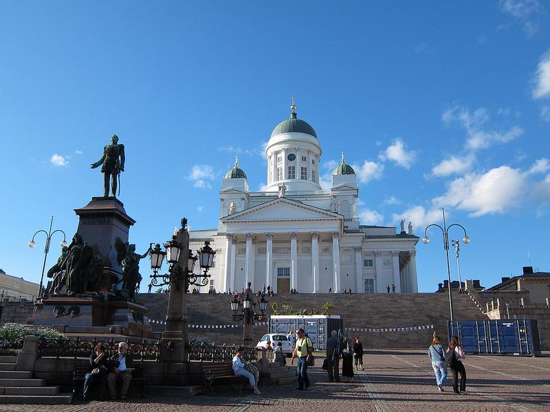 街の象徴的存在、ヘルシンキ大聖堂と元老院広場