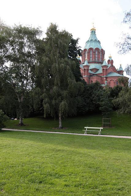 公園を通り抜けて歩きます