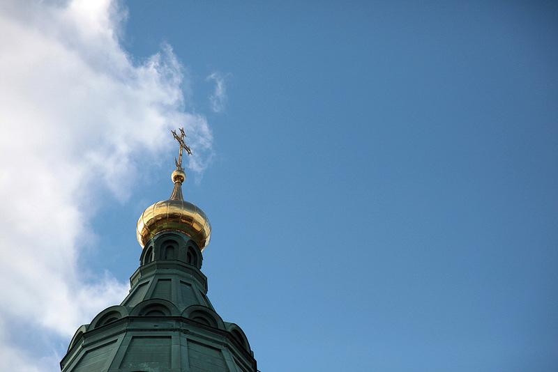 屋根の先端には十字架
